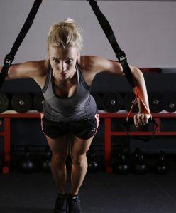 Kvinna tränar med TRX